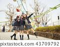 高中女孩在遊樂園裡玩 43709792