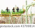 高中女孩在游乐园里玩 43709814