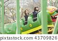高中女孩在游乐园里玩 43709826