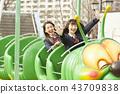 高中女孩在游乐园里玩 43709838