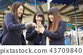 高中女孩在遊樂園裡玩 43709840