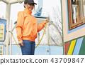 做兼職工作的女孩在遊樂園 43709847