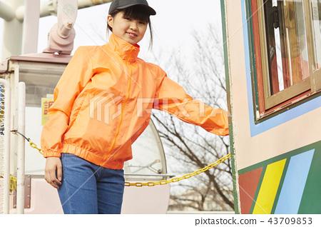유원지에서 아르바이트하는 여자 43709853