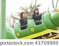 高中女孩在游乐园里玩 43709900