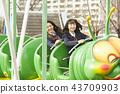 高中女孩在游乐园里玩 43709903