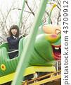 高中女孩在游乐园里玩 43709912