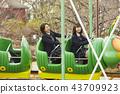 高中女孩在游乐园里玩 43709923