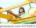 高中女孩在游乐园里玩 43709933