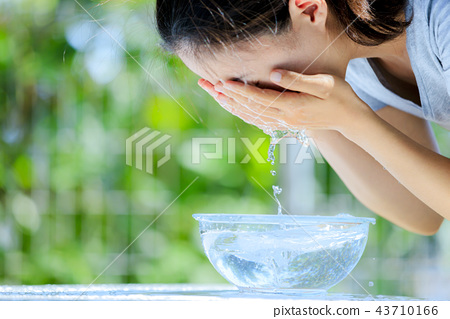 세안 여성 녹색 흐림 배경 43710166