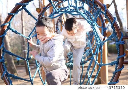 공원에서 노는 아이 43715330