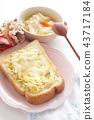 양배추 샐러드와 치즈 오픈 샌드위치 43717184
