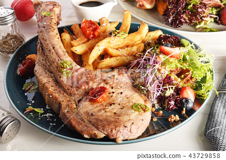 Tomahawk pork chop  43729858