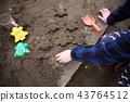 孩子們在公園裡玩 43764512