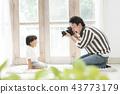 아이의 사진을 촬영하는 아버지 43773179