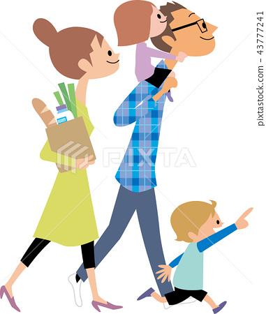 從購物回來的年輕家庭 43777241