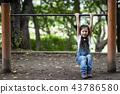 在公園裡玩的女孩 43786580