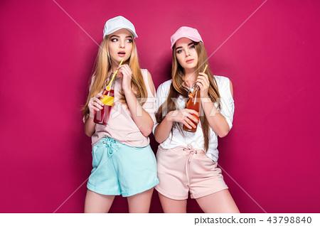 Sporty women with drinks 43798840