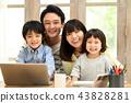 在客厅里的家庭照片 43828281