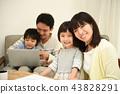 거실에서 보내는 가족 43828291