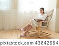 창가에 앉아있는 여자 43842994