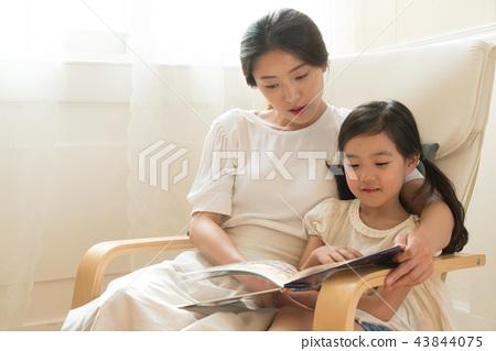 창가에 앉아있는 모녀 43844075