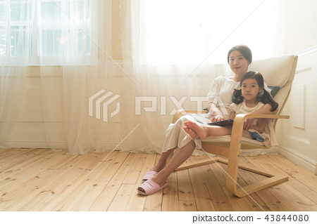 창가에 앉아있는 모녀 43844080