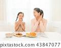 享受家庭烘烤的母親和孩子 43847077