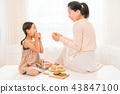 享受家庭烘烤的母親和孩子 43847100