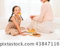 享受家庭烘烤的母親和孩子 43847116