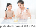享受家庭烘烤的母親和孩子 43847154