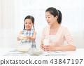 享受家庭烘烤的母親和孩子 43847197