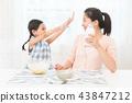 享受家庭烘烤的母親和孩子 43847212