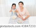 享受家庭烘烤的母親和孩子 43847233