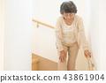 หญิงชราผู้สูงอายุชายกำลังขึ้นบันได 43861904