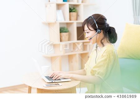 ผู้หญิงรุ่นมิดเดิ้ลเวทเรียนรู้ภาษาต่างประเทศสนทนาด้วยชุดหูฟัง 43861989
