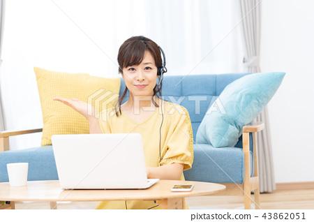 ผู้หญิงรุ่นมิดเดิ้ลเวทเรียนรู้ภาษาต่างประเทศสนทนาด้วยชุดหูฟัง 43862051