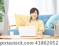 ผู้หญิงรุ่นมิดเดิ้ลเวทเรียนรู้ภาษาต่างประเทศสนทนาด้วยชุดหูฟัง 43862052