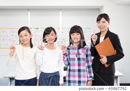 针灸讲师和一个女孩在小学 43867792