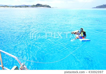 해양 레저를 즐길 어린이 43892097
