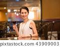 미들 여성 와인 레스토랑 이미지 43909003