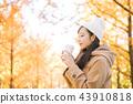 外面喝熱咖啡的女人 43910818