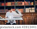 男子在圖書館寫報告 43913441