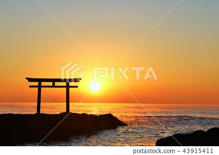 Ibaraki Prefecture Oarai Shrine and the dawn sun 43915411
