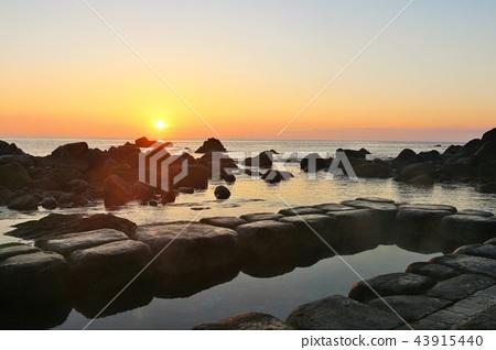홋카이도 水無 해변 온천과 새벽의 태양 43915440