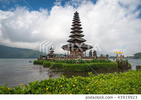 Pura Ulun Danu temple on a lake Beratan 43919923