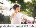 女孩兒童花園樹木園上升了 43942563