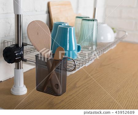 주방용품이 있는 식기 건조대 이미지, 화이트 배경의 부엌 43952689
