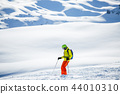 Photo of sportive man skiing against background of snowy mountains 44010310