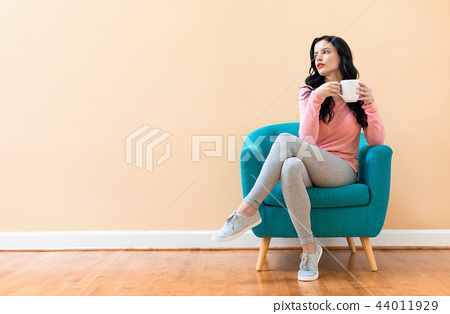 Young woman drinking coffee 44011929