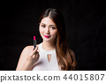 woman take lipstick 44015807